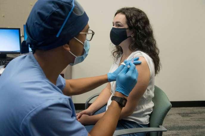 Une volontaire reçoit une injection de Moderna mRNA-1273 Coronavirus Efficacy (COVE), à Detroit, Michigan, le 5 août.