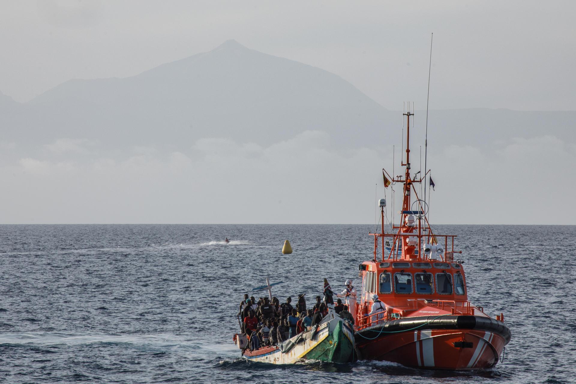 Un navire de sauvetage maritime amène à Puerto de Arguineguin un canoë avec 128 hommes et une femme.