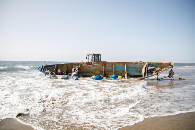 Plage de Mas Palomas, à Grande Canarie. La police garde l'embarcation dans laquelle 44 migrants sont arrivés.