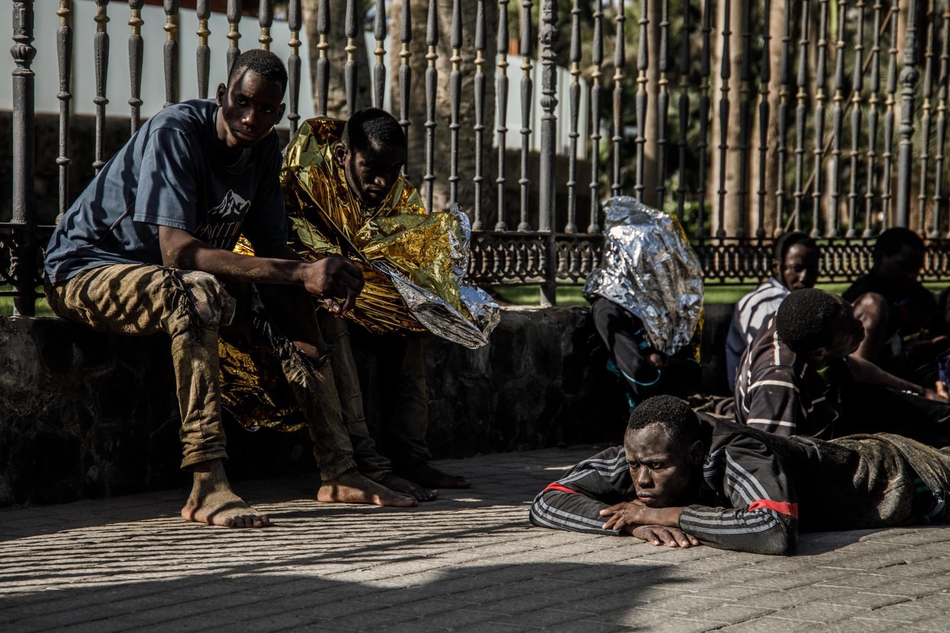 Quarante-quatre migrants venus d'Afrique subsaharienne sont gardés par la police après avoir accosté sur la plage Mas Palomas à Grande Canarie, le 1er novembre.