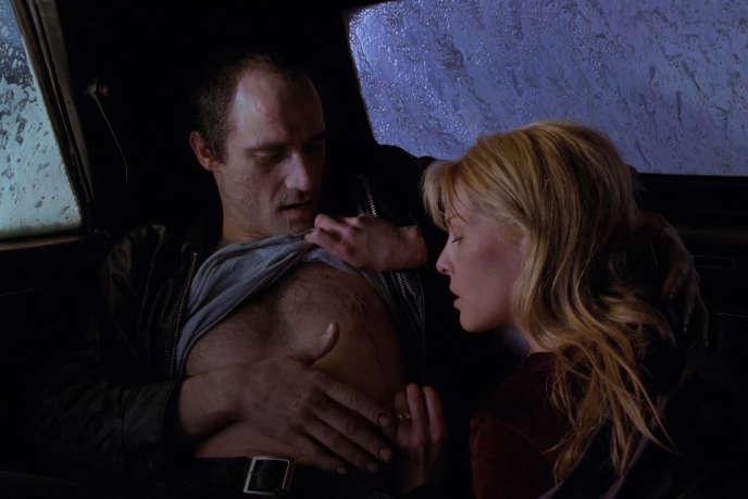 Vaughan (Elias Koteas), cascadeur monomaniaque et animal, et Catherine (Deborah Kara Unger),blonde hypnotique, lèchent leurs plaies dans «Crash» (1996), de David Cronenberg.