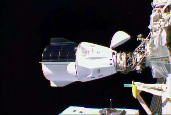 Image issue d'une vidéo de la NASA montrant la capsule Dragon de SpaceX amarré à la Station spatiale internationale, le 16 novembre 2020.