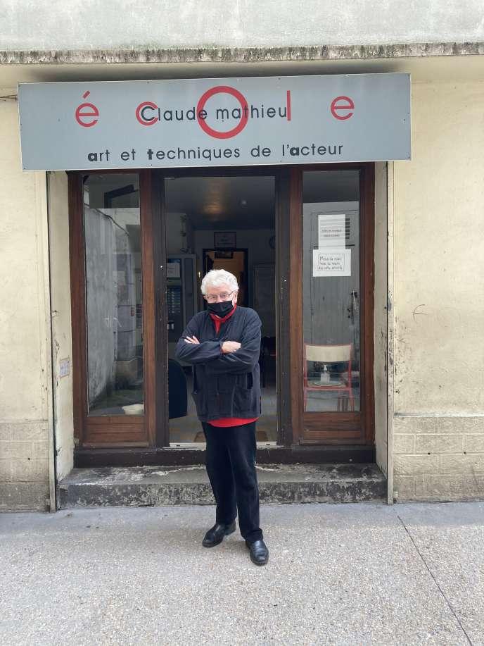 Claude Mathieu, le 16 novembre 2020, devant l'entrée de son école à Paris (18e).