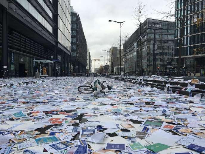 Amoncellement de dépliants de la Mairie de Paris jetés par les éboueurs et les égoutiers grévistes au bas de l'immeuble de la direction de la propreté et de l'eau, avenue de France, dans le 13e arrondissement, mardi 17novembre.