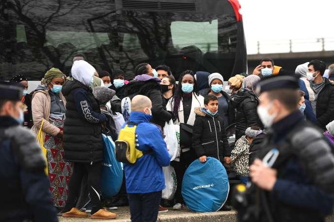 Des migrants sont évacués d'un camp à Saint-Denis (Seine-Saint-Denis), le 17 novembre 2020.