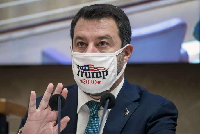 Matteo Salvini, le chef politique de la Ligue, porte un masque «Trump 2020», lors d'une conférence de presse, à Rome, le 3 novembre 2020.