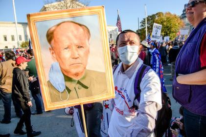 Un manifestant pro-Trump, le 14 novembre devant la Maison Blanche, à Washington, brandit un portrait de Joe Biden en Mao Zedong.