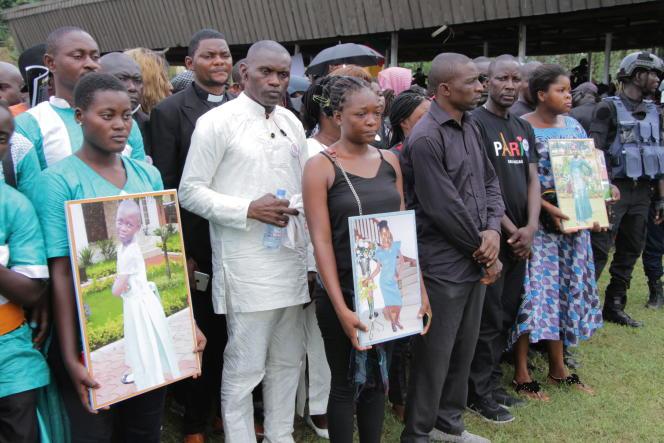 Des membres des familles des victimes lors des funérailles, le 5octobre, de sept enfants tués dans une école de Kumba, au Cameroun.