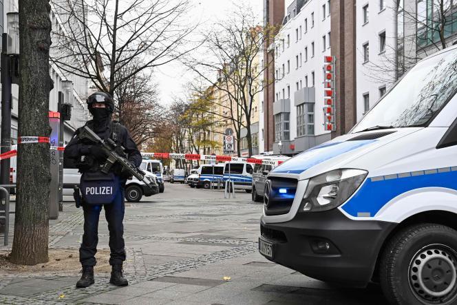 Des policiers allemands sécurisent une rue de Berlin lors d'une importante opération de police un an après le cambriolage dumusée de Dresde, le 17 novembre 2020.