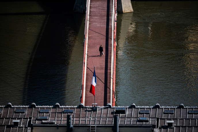 Devant le palais de justice de Lyon, pendant le premier confinement, le 17 mars 2020.