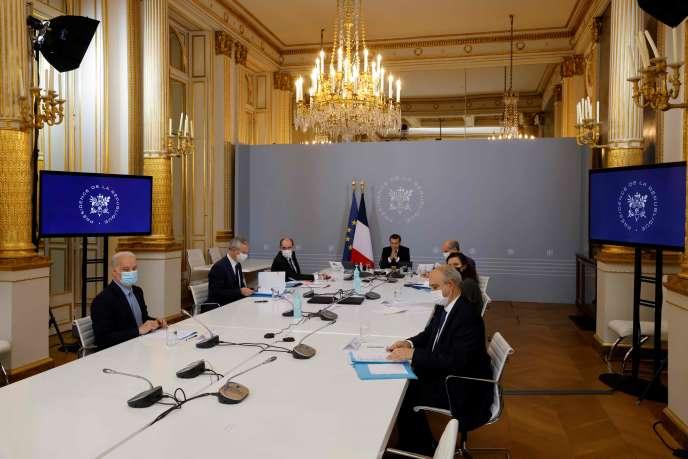 Le président Emmanuel Macron, le premier ministre, Jean Castex, et le ministre de l'économie, Bruno Le Maire, participent à une visioconférence avec des représentants du monde sportif, à l'Elysée (Paris), le 17 novembre 2020.