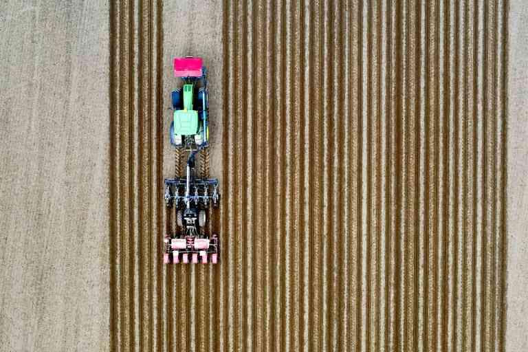 ©PHOTOPQR/OUEST FRANCE/Marc OLLIVIER ; Rennes ; 25/04/2020 ; Un agriculteur sème du maïs dans son champ en Bretagne avec un technique innovante, le strip-till (travail du sol en bande en anglais). Cette technique consiste à préparer et fissurer les lignes de semis des cultures en rangs. -  2020/04/25. A farmer sows corn in his field in Brittany with an innovative technique, the strip-till. (MaxPPP TagID: maxnewsworldfive120100.jpg) [Photo via MaxPPP]