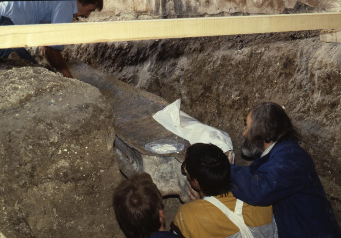 Le dégagement du sarcophage lors de la fouille opérée par Philippe Andrieux (à droite).