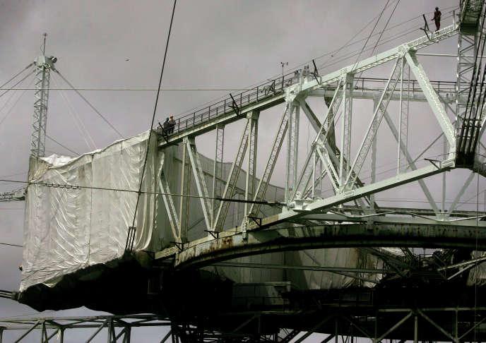 Des ouvriers repeignent la structure au-dessus du radiotélescope, en 2007.