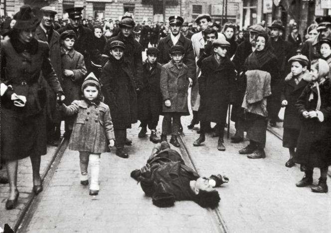 Dans le ghetto de Varsovie, autour de 1940.