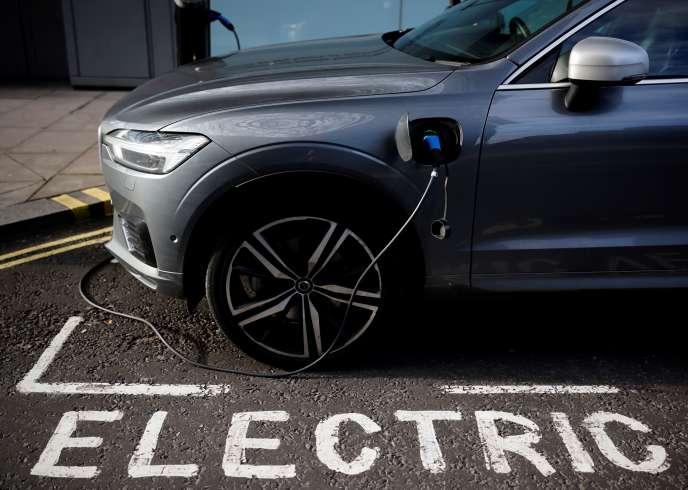 Chargement d'un véhicule électrique, à Londres, en novembre 2020.