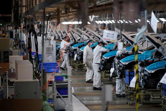 Des employés travaillent sur une chaîne de production au sein de l'usine automobile Dongfeng Honda, à Wuhan (Chine), le 8 avril.