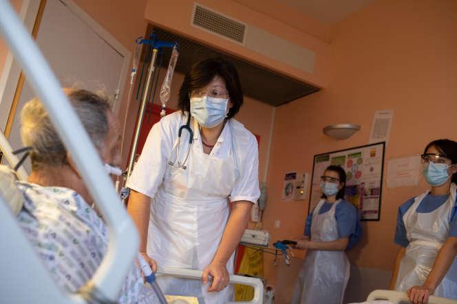 Un patient sous oxygénothérapie à l'hôpital Bichat, à Paris, le 13 novembre.