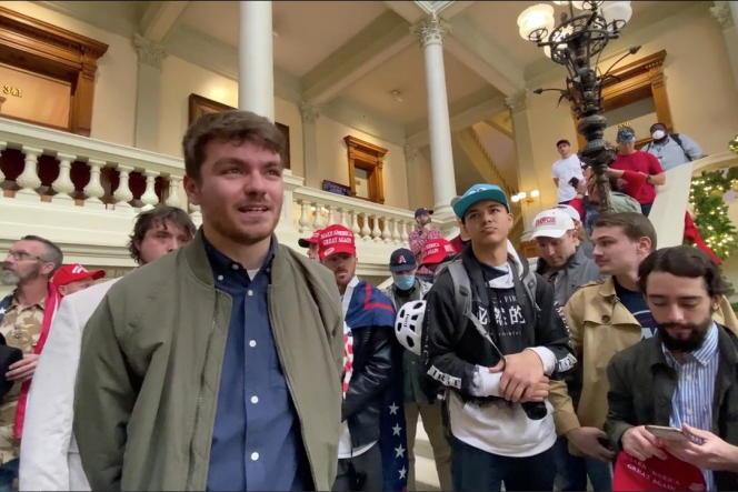 Nick Fuentes entouré de ses supporteurs, le 18 novembre 2020, lors d'une manifestation pro-Trump dans le Capitole d'Atlanta (Géorgie).