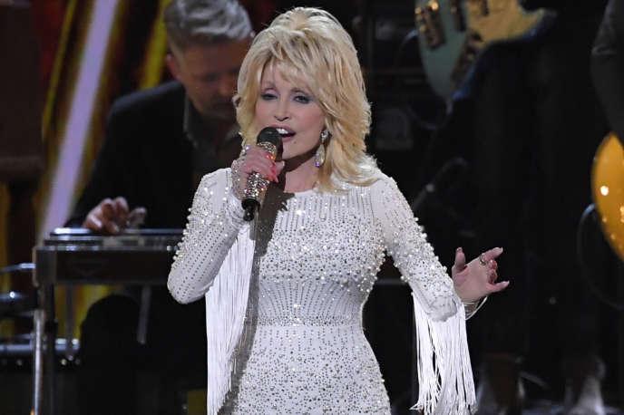 En avril, leVanderbilt University Medical Center de Nashville, dans le Tennessee, révélait avoir reçu un don d'un million de dollars (environ 844000euros) pour la recherche sur le coronavirus de la part de la chanteuse Dolly Parton.