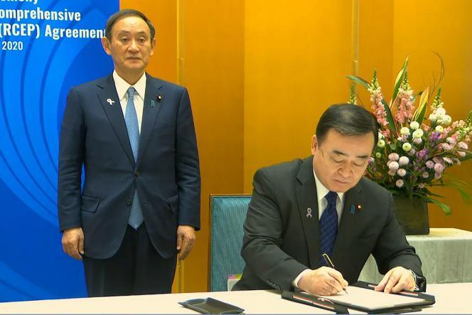 Le ministre de l'économie et de l'industrie japonais, Hiroshi Kajiyama (à droite) et le premier ministre, Yoshihide Suga, à Hanoi, le 15 novembre, lors de la signature du partenariat économique régional global.
