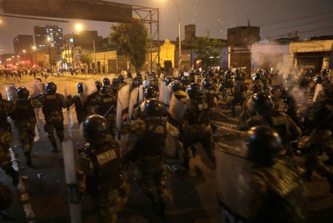 La police charge des manifestants à Lima, au Pérou, le 12 novembre 2020.