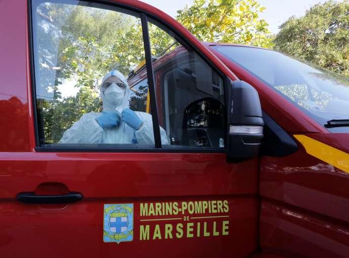 Un marin-pompier de Marseille s'équipe avant de collecter des échantillons dans les eaux usées d'un Ehpad, afin d'y rechercher la présence du Covid-19. A Marseille, le 28 octobre.