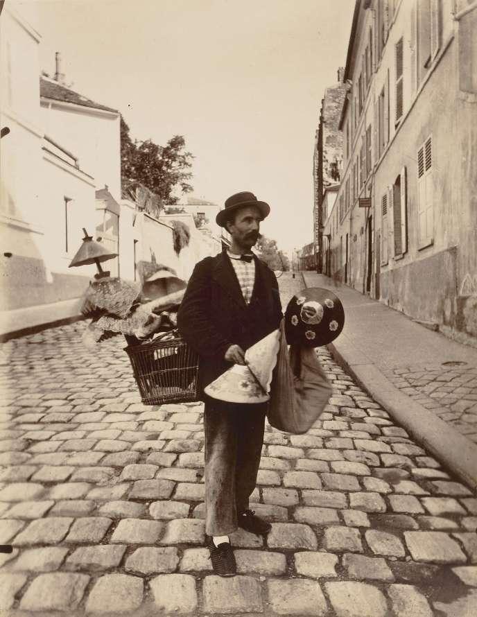 Un vendeur, rue Lepic (Paris 18e), en 1901. Photographie d'Eugène Atget (1857-1927).