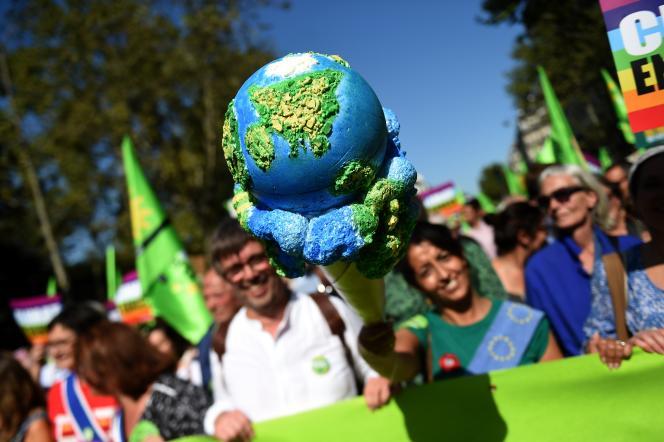 Le député européen EELV et ancien maire de Grande-Synthe, Damien Carême, et la députée européenne EELV Karima Delli, lors d'une manifestation à Paris.