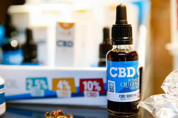 Une fiole d'huile de CBD dans un magasin à Paris, le 14 juin 2018.