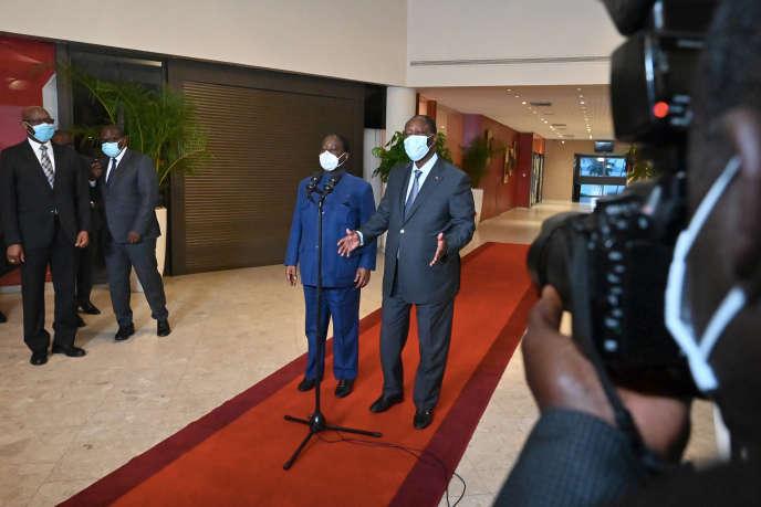 Le président ivoirien, Alassane Ouattara (à droite), et son rival Henri Konan Bédié, à Abidjan, le 11novembre 2020.