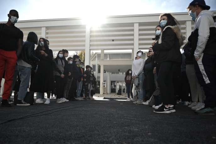 Les élèves du lycée Pierre d'Aragon, à Muret (Haute-Garonne), rassemblés lors de l'hommage à Samuel Paty, le 2novembre 2020.