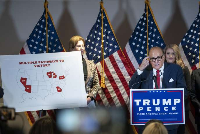 L'avocat de Donald Trump, Rudy Giuliani, présente différents recours lors d'une conférence de presse le 19 novembre.