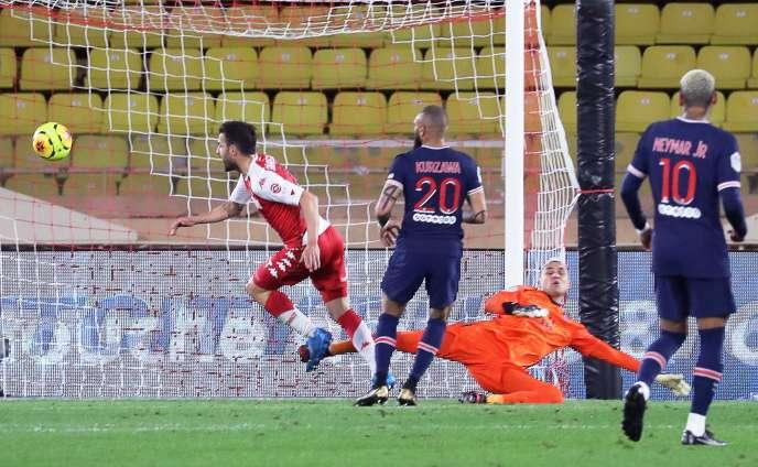 Le milieu de terrain Cesc Fabregas marque le deuxième but de l'AS Monaco, le 20 novembre à domicile.