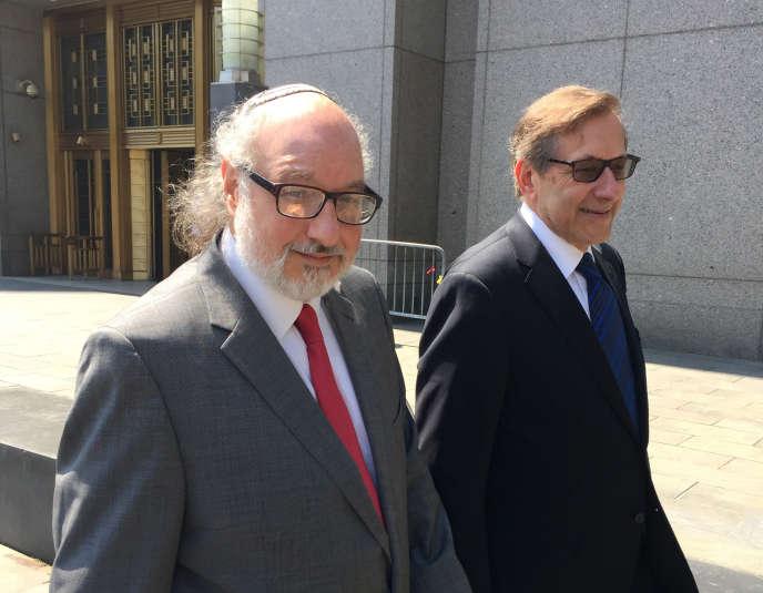 En juillet 2016, Jonathan Pollard (à gauche) et son avocat quittent la cour fédérale de New York.