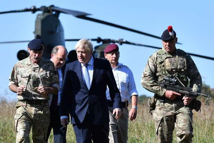 Le premier ministre britannique, Boris Johnson, en visite au centre d'entraînement militaire de Salisbury, au sud-ouest de l'Angleterre, le 19 septembre.