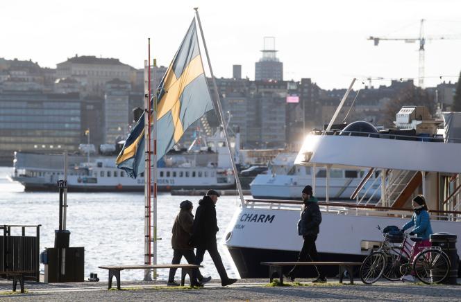 La Suède, dont la Constitution interdit la restriction des libertés de déplacement, est longtemps passée pour un modèle de gestion. Mais son bilan épidémiologique s'est aggravé.