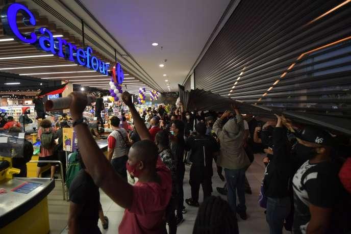 Des manifestants envahissent un supermarché du groupe Carrefour à Sao Paulo, au Brésil, le 20 novembre.