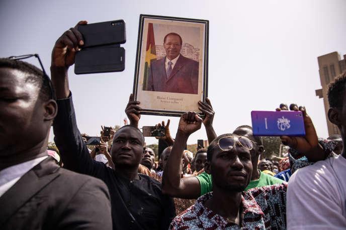 Un partisan du Congrès pour la démocratie et le progrès (CDP) brandit un portrait de l'ex-président Blaise Compaoré lors d'un meeting d'Eddie Komboïgo, candidat à l'élection présidentielle au Burkina Faso, à Ouagadougou, le 19novembre 2020.