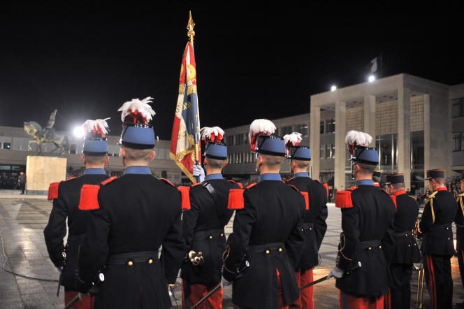 Des élèves participent, le 7 novembre 2009, dans la cour Rivoli de l'Ecole de Saint-Cyr Coëtquidan (Morbihan), à la cérémonie « Sabres et Casoars ».