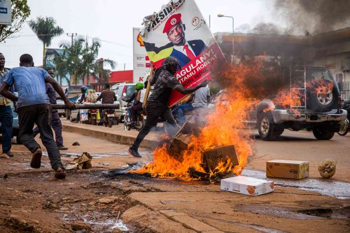 A Kampala, en Ouganda, un mouvement de protestation contre l'arrestation de Robert Kyagulanyi, alias Bobi Wine, principal rival du président Yoweri Museveni.