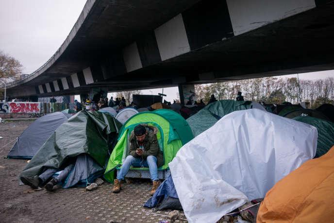Un migrant afghan à l'intérieur d'uncampement de fortune aux abords du Stade de France, le 2 novembre.