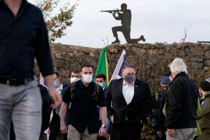 Le secrétaire d'Etat américain, Mike Pompeo (au centre), en visitesur le plateau du Golan syrien annexé, le 19 novembre.