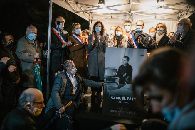 Conflans-Sainte-Honorine, Mardi 20 octobre, en début de soirée, une marche blanche au départ du collège le Bois d'Aulne, a eu lieu en hommage au professeur d'histoire Samuel Paty assassiné le 16 octobre.