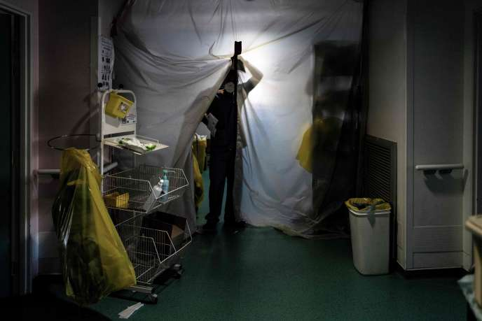 A caregiver enters the Covid-19 unit at the Loire private hospital in Saint-Etienne on November 6.