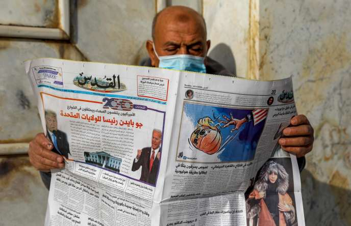 Un Palestinien lit le journal «Al-Quds», titré en arabe «Joe Biden le nouveau président américain» devant le Dôme du Rocher, dans l'enceinte de la mosquée al-Aqsa, le troisième site le plus sacré de l'Islam, dans la vieille ville de Jérusalem, le 8 novembre.