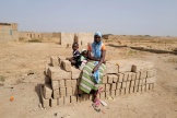 Une femme et ses enfants qui ont fui les combats dans la région de Soul, au Burkina Faso, en novembre 2020.