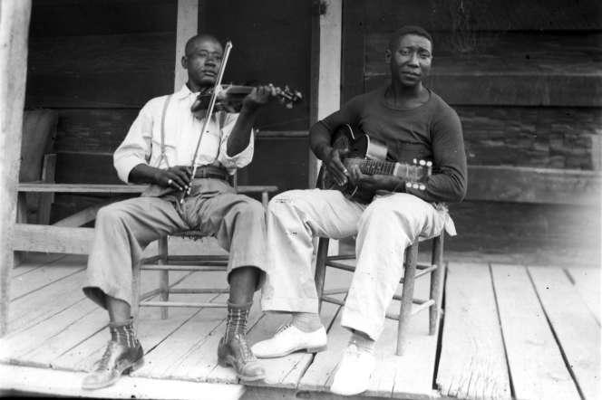 Henry «Son» Sims et Muddy Waters en 1942.