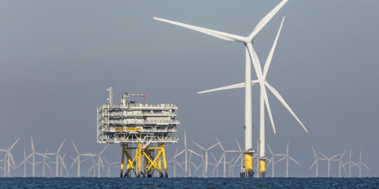 German Offshore Windpark Burbo Bank Extension knapp 10 Kilometer entfernt von Kueste. Zwei von 32 Windturbinen Typ Vestas V164 a 8 Megawatt, daneben Umspannwerk BBW02 Z01, hinten OWP Gwynt Y Mor. Gesamt 256 Megawatt elektrische Leistung. Betreiber Orsted. Offshore Windfarm, Offshorewindfarm, Offshorewindkraft, Offshorewindkraftanlage, Offshorewindenergieanlage, Meer, See, Wasser, Wellen, Energie, Windenergie, Windenergieanlage, Windkraftanlage, Turm, Maschinenhaus, Blatt, Blaetter, Rotor, Rotoren, Fluegel, Nabe, Gondel, alternative, erneuerbare, umweltfreundliche, maritime, Klimawandel, Energiewende, Konverterstation. Burbo Bank, Bucht von Liverpool, Irische See, England, Great Britain, United Kingdom, UK. 3. Juli 2018
