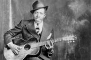Robert Johnson photographié vers 1935 dans le studio des frères Hooks, à Memphis (Tennessee).